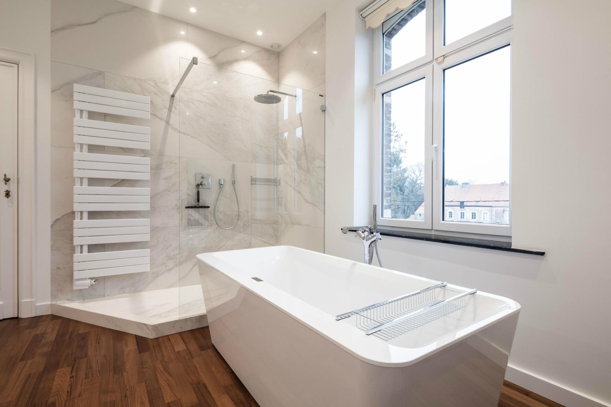 Salle de bain avec parquet - réalisations - Renov Management