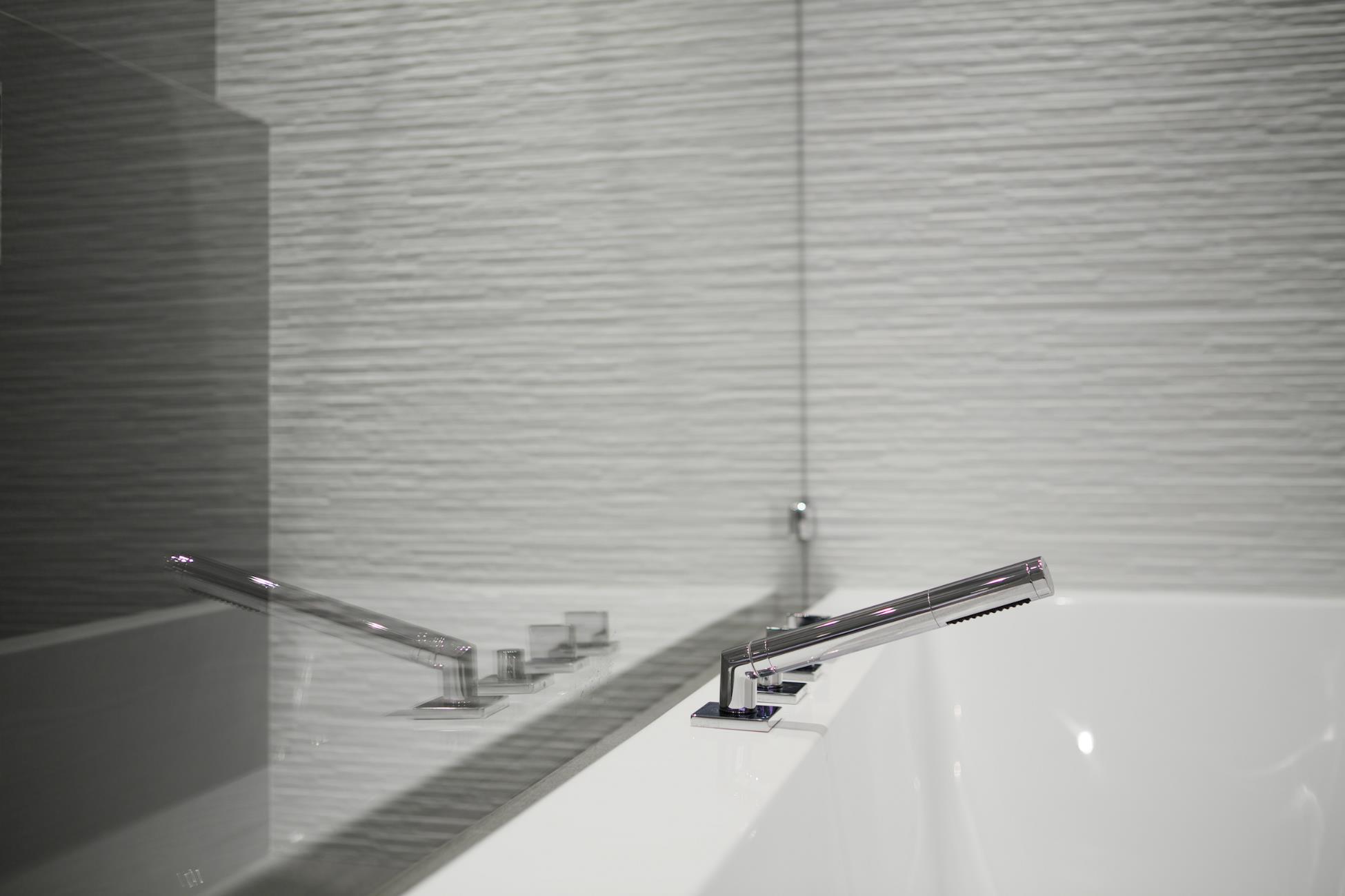 Salle de bain haut de gamme avec douche italienne - Robinet haut de gamme ...