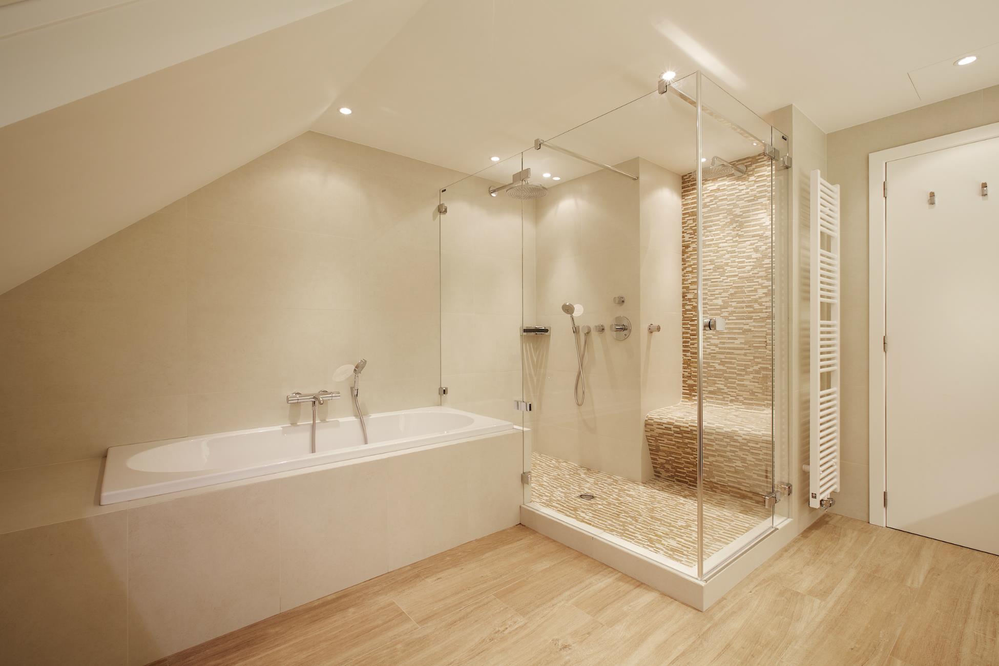 amnagement de salle de bain simple amnagement salle de bains avec sauna u ides inspirante. Black Bedroom Furniture Sets. Home Design Ideas